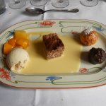 Assiette de desserts sur sa crème Anglaise