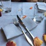 petali sul tavolo