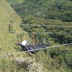 Volando por los aires en el zipline (tirolesa)