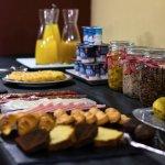 Desayuno buffet con productos caseros