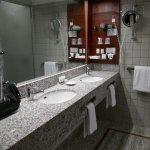 Stort badeværelse med to vaske