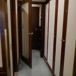 Dobbeltdøre ud til gangen gør, at der er dejligt stille på værelset.