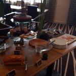 Choix de pâtisseries et spécialités à l'entrée de la salle à manger