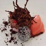 sur une meringue au jus de raisinet, la mousse et crumble au cacao Sorbet fruits rouges