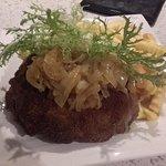 Harzer Schnitzel, mit Schmorzwiebeln und Pommes Frites
