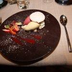 COLMAR. Restaurant 'Aux Trois Poissons'. Dessert glacé framboise et vanille.