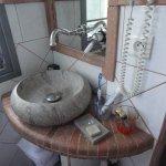 Le lave main qui fait office de lavabo dans la chambre confort!! et le peu d'espace