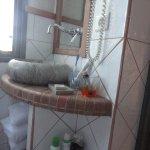 le mini lavabo coincé contre fenêtre et mur dans chambre confort dans 4 étoile ...