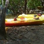 Un kayak pour 3 adultes (au 1er plan)