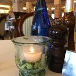 Das erste Bild ist die Tisch Dekoration in Restaurant.