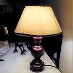 Lampada su ogni tavolo.
