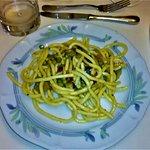 Primo piatto (simil Pici) con piselli, pomodori, zucchine, melanzane e carote.