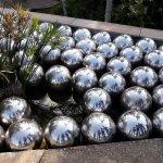 Obra Narciso... seu reflexo fica em todas as bolas metálicas