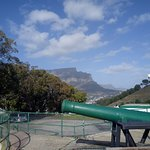 Table mountain in the background of the Noon Day Gun
