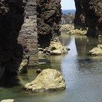 piscines naturelles au milieu des roches en lave