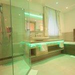 Badezimmer Fernblicksuite mit Farbenspiel