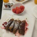 Crèpe und Pancake mit roten Früchten