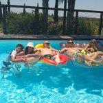 חלק מהמשפחה בבריכה הנפלאה