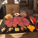 Antipasto con formaggi misti, roast-beef, bacon, coleslaw