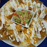 Chilaquiles rojos y totopos con queso y guacamole