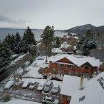 Buena nevada 17 de Junio de 2017, al fondo se ve la ciudad de Bariloche
