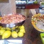 Langostinos cocidos y salpicón de marisco.