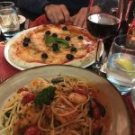 Pizza and seafood pasta....delicioso!