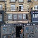 """Façade du restaurant """"Le Phare"""" sur le port de Cancale"""