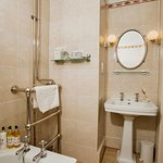 MacNair Room En-Suite Bathroom