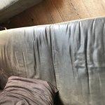 speckiges und abgeutztes Sofa in der Suite Zagabana