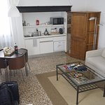 Una cocina sencilla y muy equipada (en el mueble sobre la derecha se ocultan un refrigerador y u