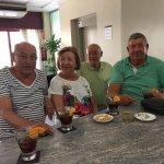 Julian, Mari Carmen, Alfredo y Javier, tomando un aperitivo antes de comer en nuestra cafetería