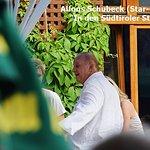 """Alfons SCHUBECK """"In den Südtiroler Stuben"""" auf der Terrasse"""