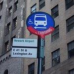 newark airport express busstop ニューアークエクスプレスバスの「グランドセントラル駅」のバス停 E41ST,一本下におりたレキシントンアベニューの通りにあります。