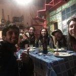 Cenando como familia con algunos huéspedes