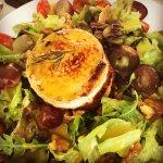 salada de alface com nozes, mel, uvas ...com queijo chèvre gratinado.