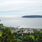 le Rocher et l'Ile Bonnaventure d'un belvédère dans la montagne