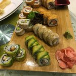 Sushi delicioso y calamares fritos