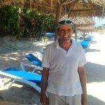 Humberto en la playa te espera, te ayuda, te cuida, te atiende. Mejor imposible.