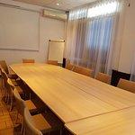 salle de réunion climatisée, 18/20 personnes avec rétro-projecteur/écran, paper-board.