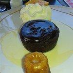 Le fondant au chocolat tiède avec sa crème anglaise et un cannelé, une tuerie!!