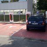 Squat de place de rechargement réservé aux véhicules électriques par des voitures à carburant.