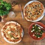 Wij serveren pizza, salades en desserts