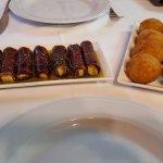 Rollos de cecina con foie y croquetas de cordero