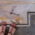 Atravesando la catedral un curioso reloj en el suelo astronómico.Mi signo zodiacal
