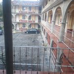 el estacionamiento y una vista afuera del cuarto