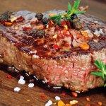 Probieren Sie unsere saftigen Steaks vom Holzkohlegrill