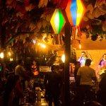 Visão do palco onde acontece a música ao vivo e da decoração junina que se mantém o ano todo