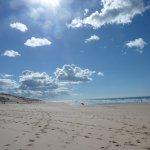 La plage à quelques mètres de la résidence.