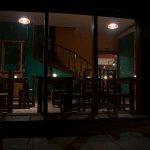 Vista del comedor desde el patio del Tango hostel
